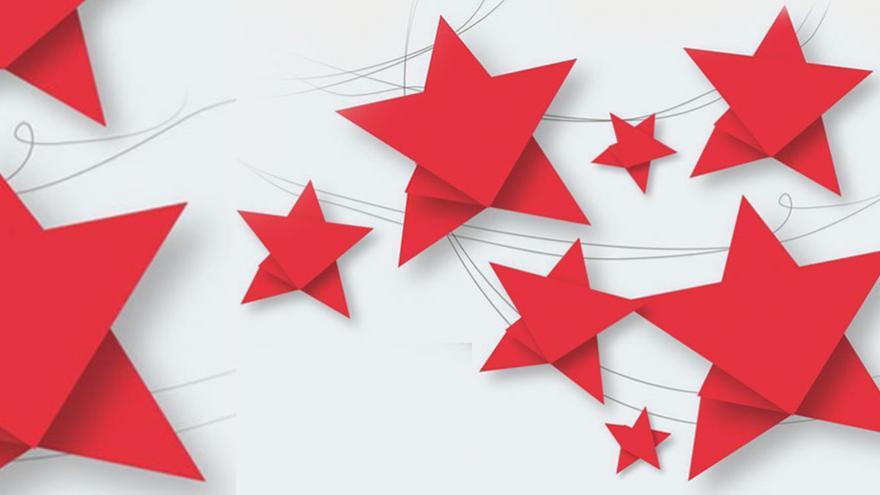 Estrellas rojas hechas con papiroflexia