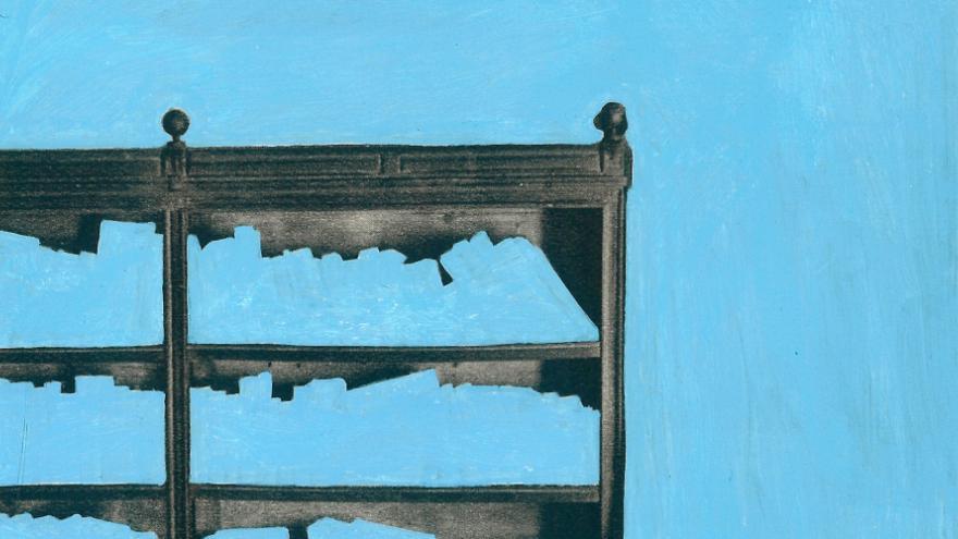 Parte de estantería sobre fondo azul