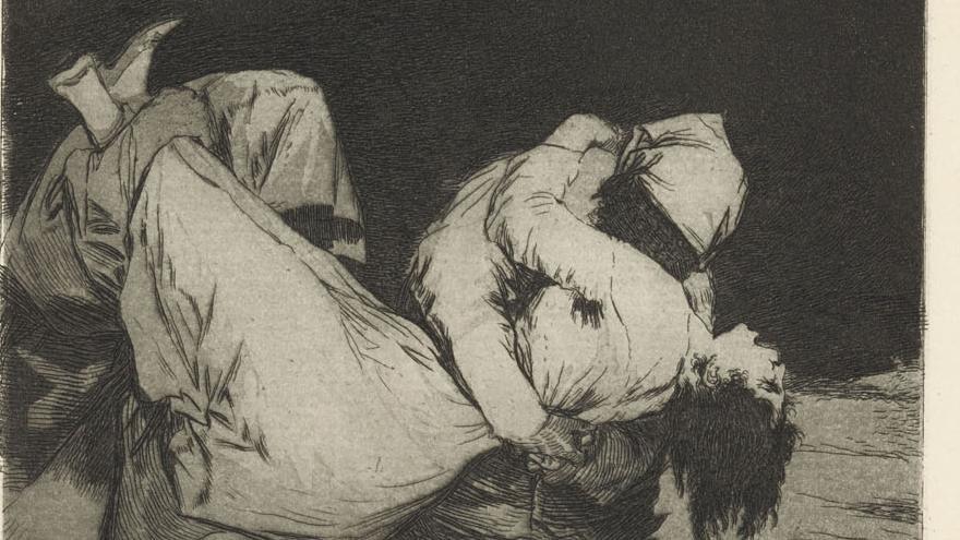 Dos hombres encapuchados secuestrando a una mujer