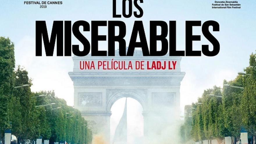 imagen del cartel de la película Los Miserables en la que se ve a una multitud de gente por la calle