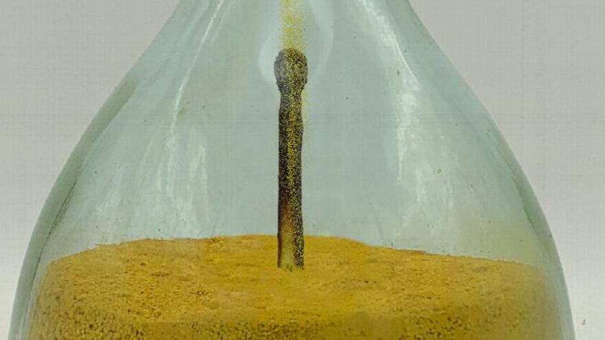 imagen decorativa de una cerilla metida en una botella de cristal