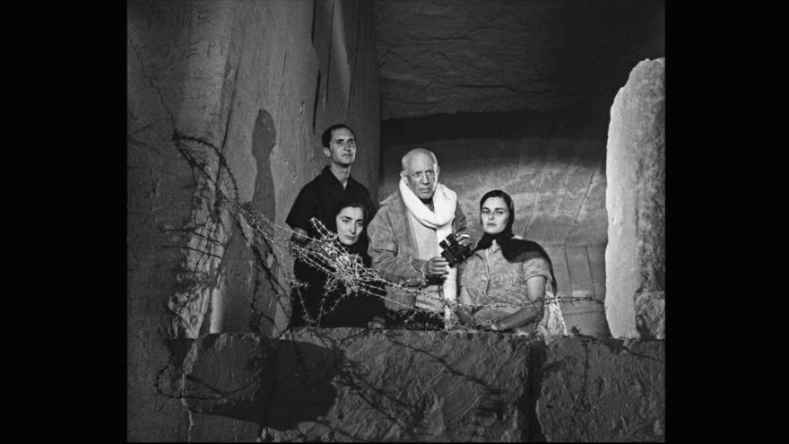 Picasso con su mujer Jacqueline, Lucía Bosé y Dominguín observando el rodaje de la película El testamento de Orfeo