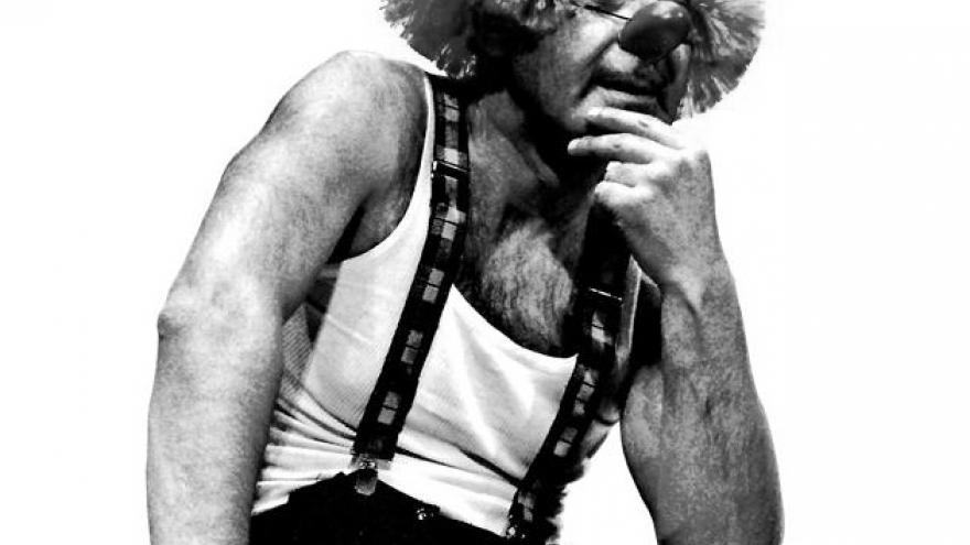 imagen en la que se ve a Marcel Gros en su espectáculo de clown