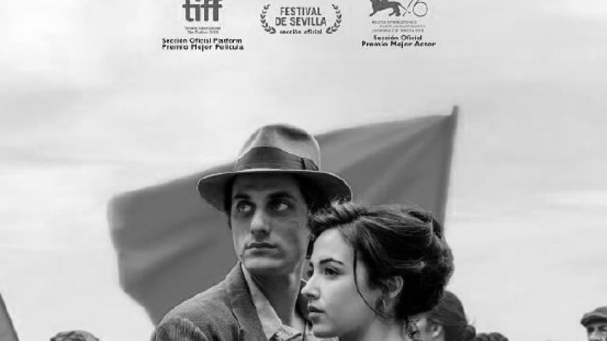imagen del cartel de la película Martín Eden donde se ve a una pareja abrazada