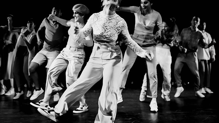 imagen en la que se ve a un grupo de jóvenes bailando