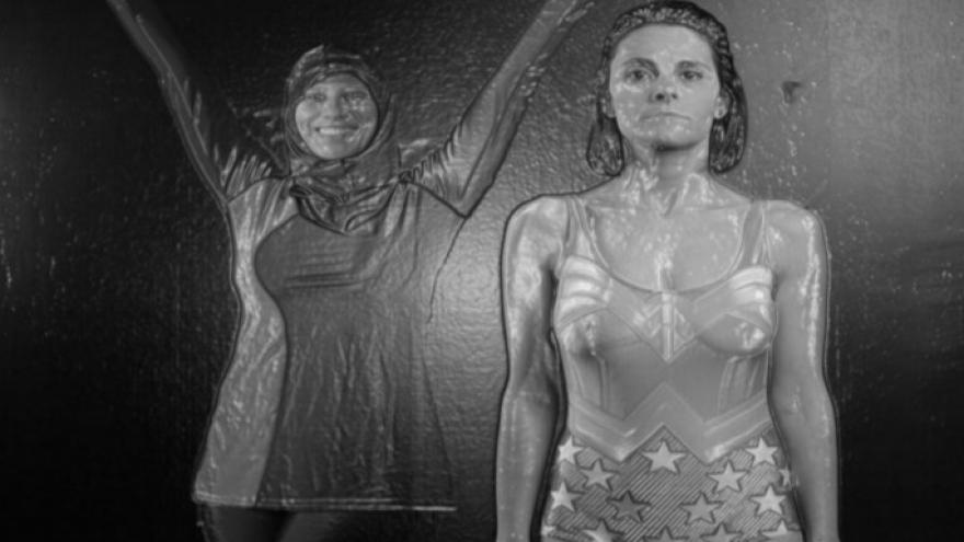 Imagen en la que se ve a las actrices en bañador