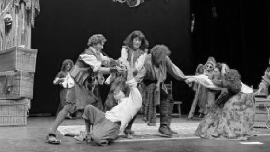 imagen en la que se ve a los actores de Morboria teatro sobre el escenario en un pelea