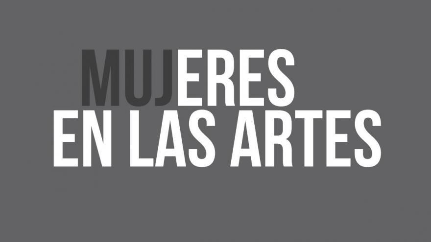 Texto en blanco sobre fondo gris donde se lee Mujeres en las Artes