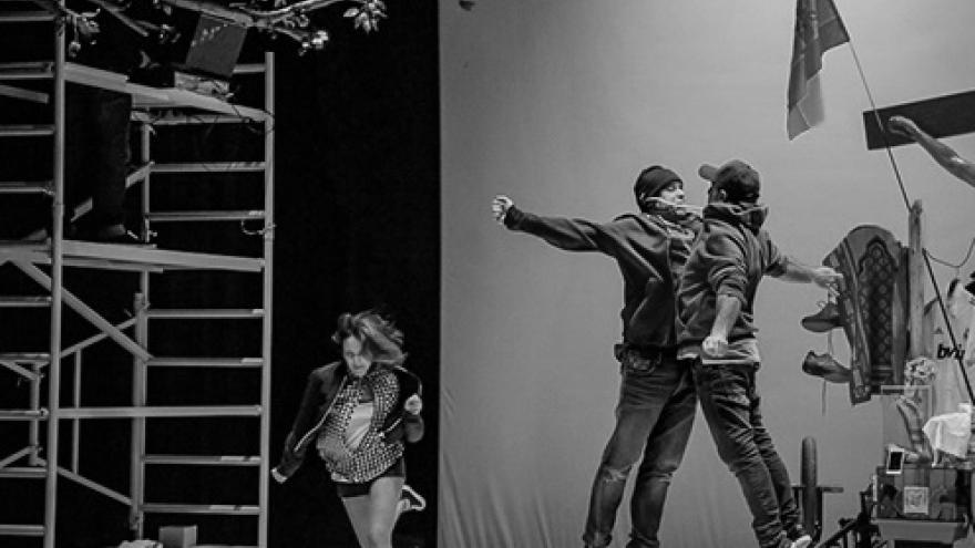 imagen en la que se ve a tres de los actores de Nada actuando en el escenario