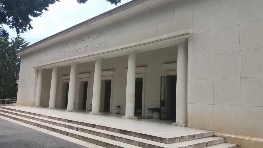 Fachada de la sede de la ORCAM. Edificio de una planta hecho en marco y con pórtico de columnas