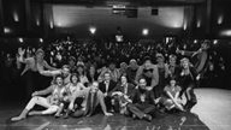 imagen en la que se ven en el escenario a todos los payasos que actuaron en la anterior Gala de Payasos sin Fronteras