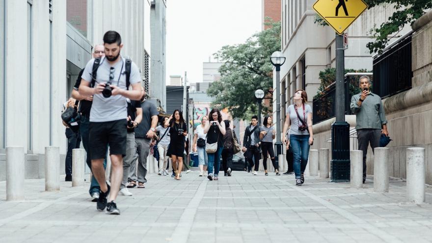 Gente andando por una calle