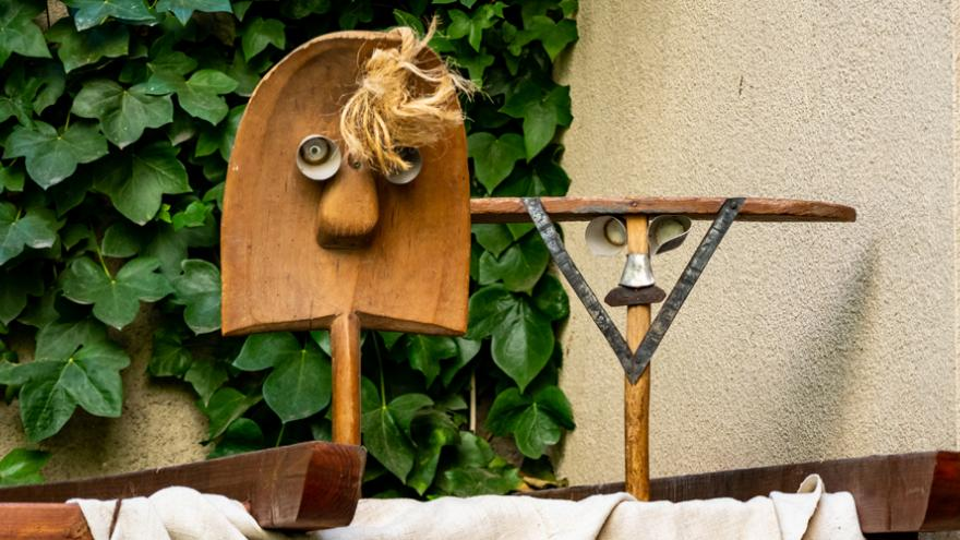 Una pala y una escoba caracterizadas como personajes en un espectáculo de títeres