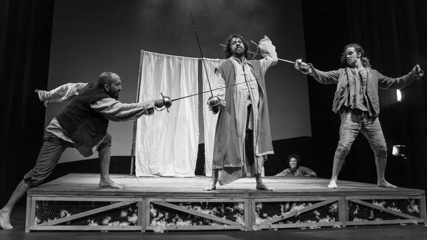 imagen en la que se ven a los actores de Pícaros la gran epopeya del hambre luchando con espadas