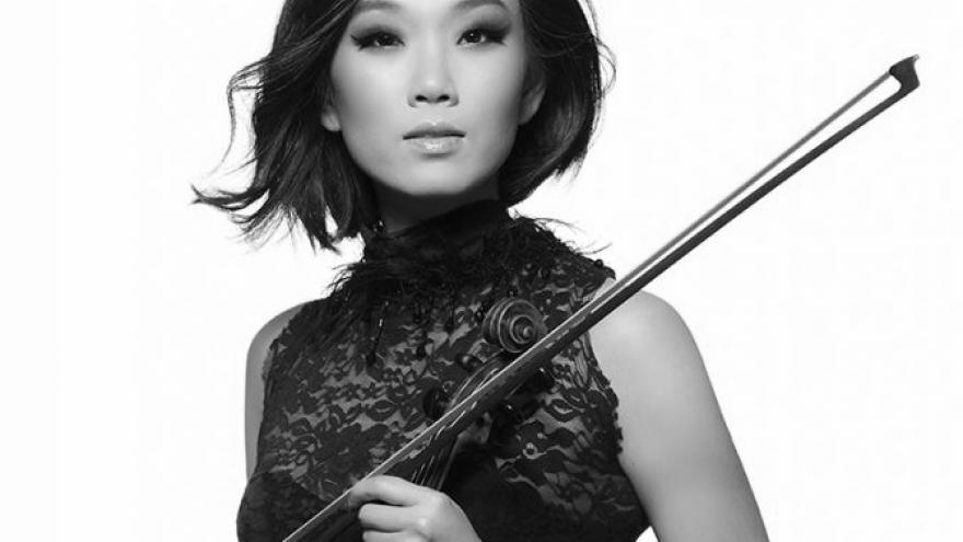 imagen en la que se ve a MAUREEN CHOI con su violín