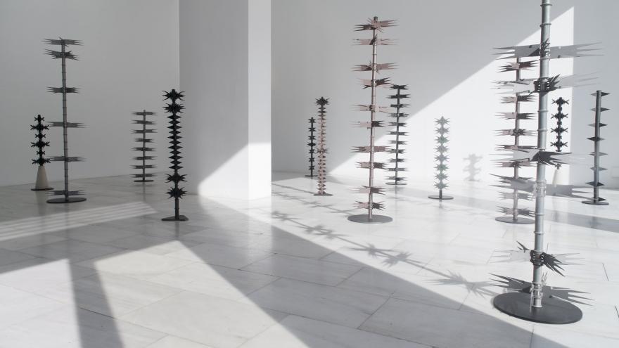Esculturas de hierro que simular varas con cardos
