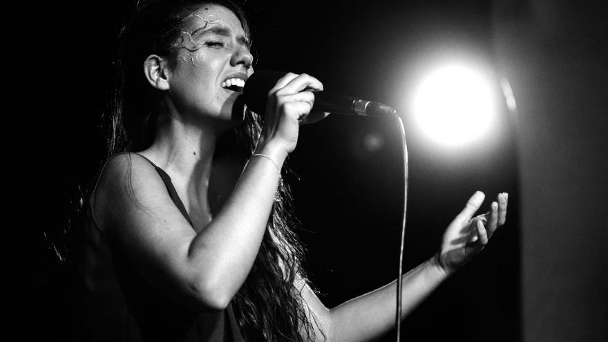 Imagen de Raquel Lúa cantando