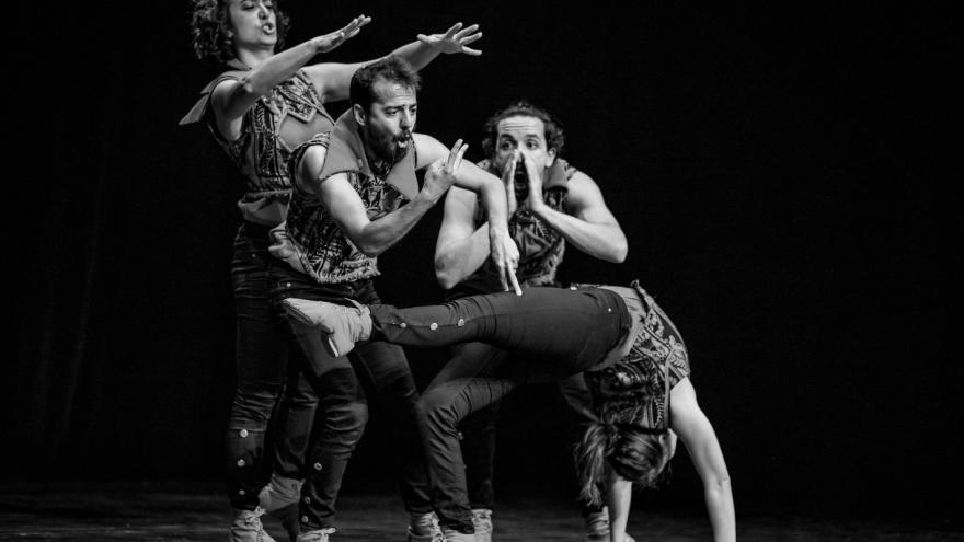 imagen de la actuación Romeo y Julieta en la que se ve a 4 actores y uno de ellos hace una pirueta