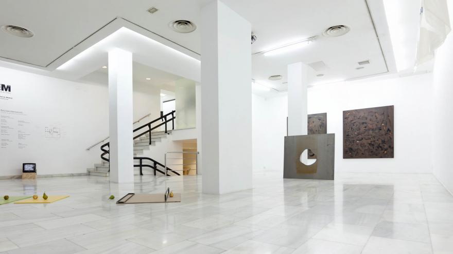 Vista de la Sala de Arte Joven con varias instalaciones de escultura y obras en pared