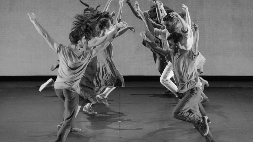 Imagen en la que se ve a los bailarines de la compañía de Sara Cano bailando en el escenario