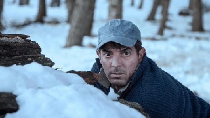 imagen de la pelicula Solo las bestias en la que se ve a un actor escondido tras la nieve