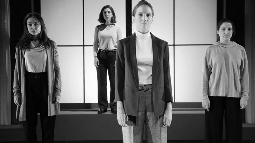imagen en la que se ve a cuatro actrices de pie rectas en el escenario