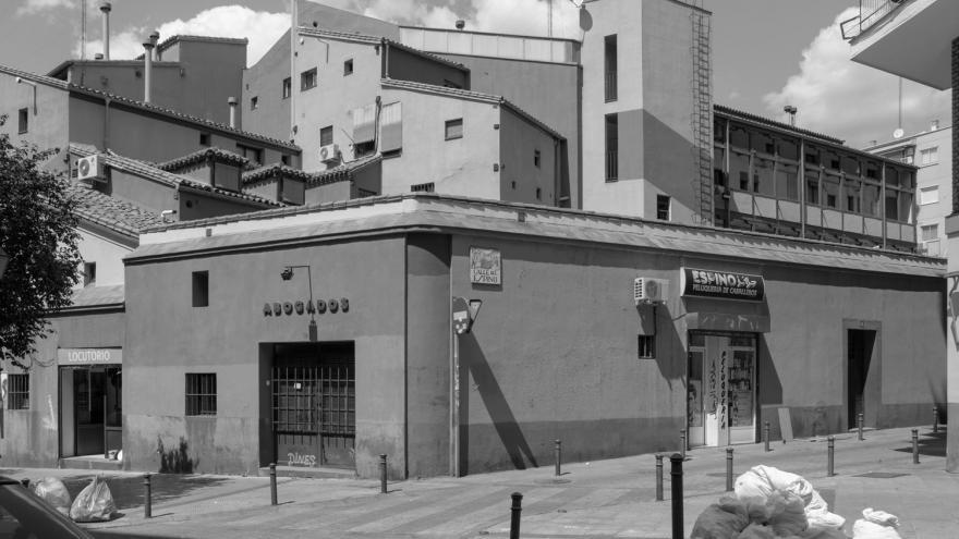 Foto en blanco y negro con edificios del barrio de Lavapiés