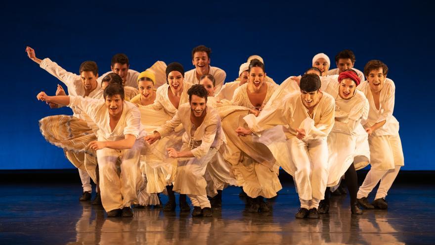 imagen en la que se ve a los bailarines sobre el escenario bailando