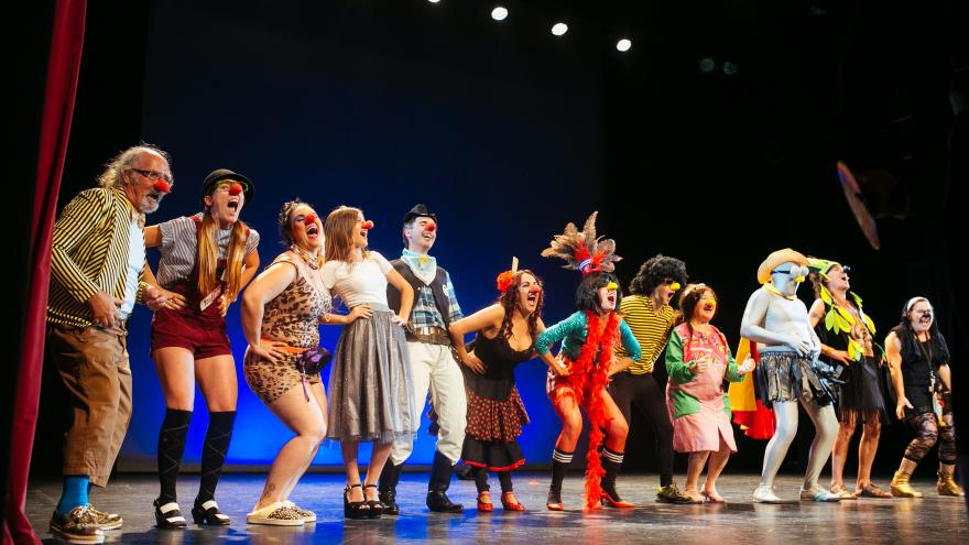 Imagen en la que se ve a los alumnos del curso de clown en el escenario