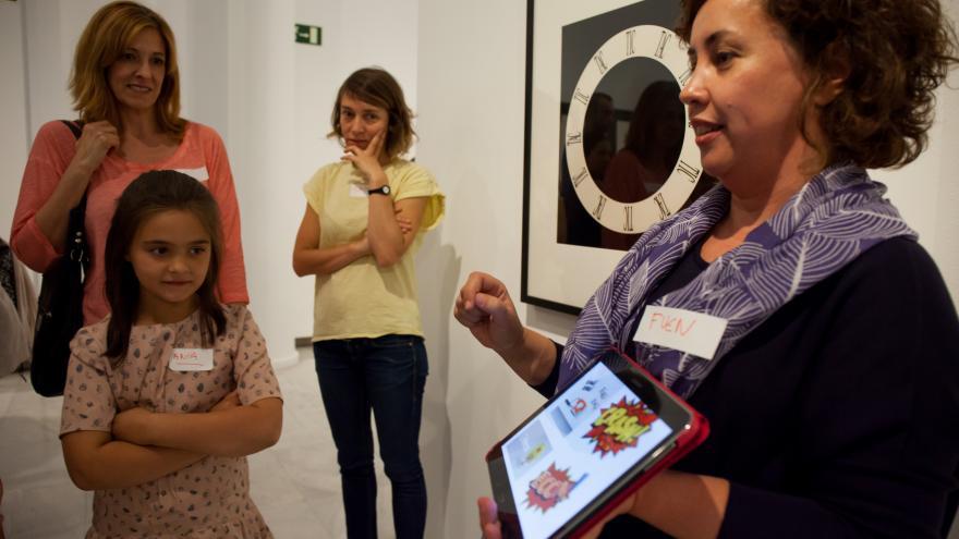 Niños y niñas en una actividad para familias en un museo