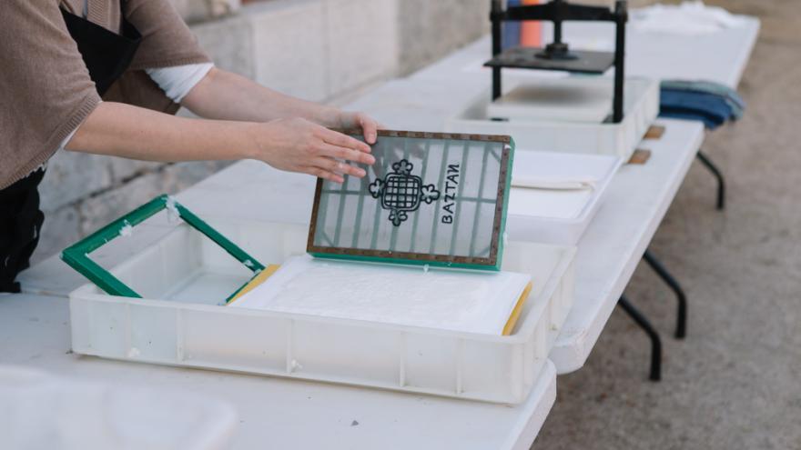 Prensa y utensilios varios para fabricación de papel