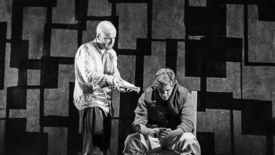 imagen en la que se ven a dos actores de La Zanja actuando en el escenario, uno sentado cabizbajo y otro hablándole