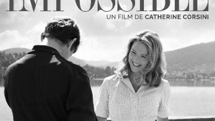 imagen del cartel de la película Un amor imposible donde se ve a una pareja de pie con la hija al lado de la madre