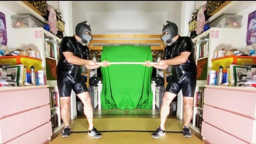 Dos hombres vestidos de negro tirando de una cuerda