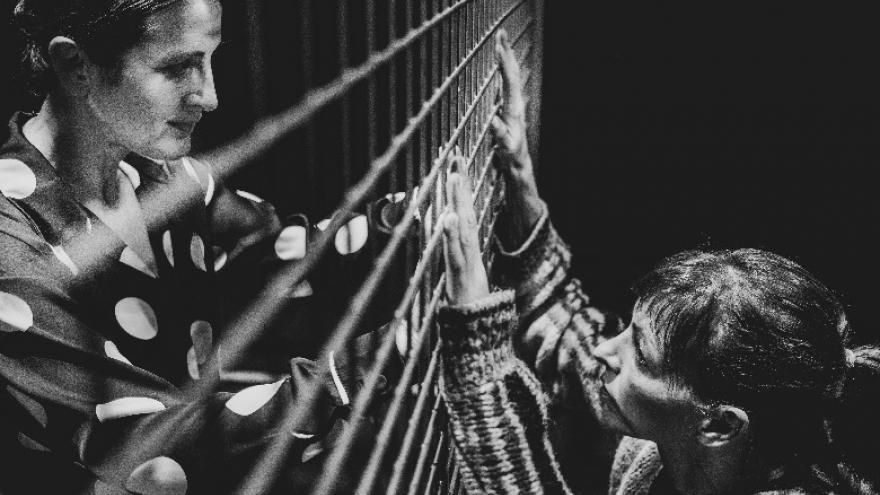 imagen en la que se ve a dos actrices separadas por una valla