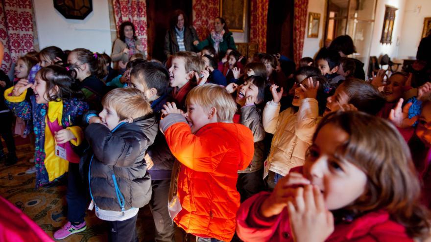 Grupo de niños y niñas como público en una actuación en el castillo