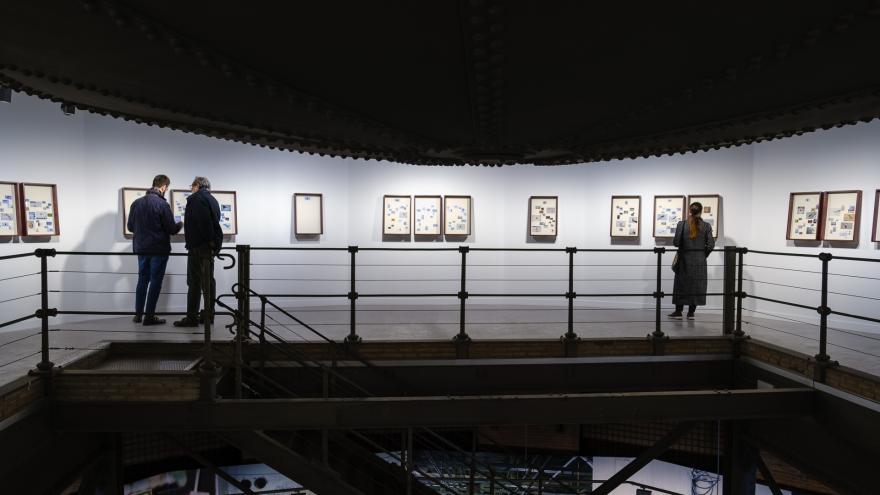 Tres visitantes en la exposición de Tanit Plana en Sala Canal. Foto Guillermo Gumiel