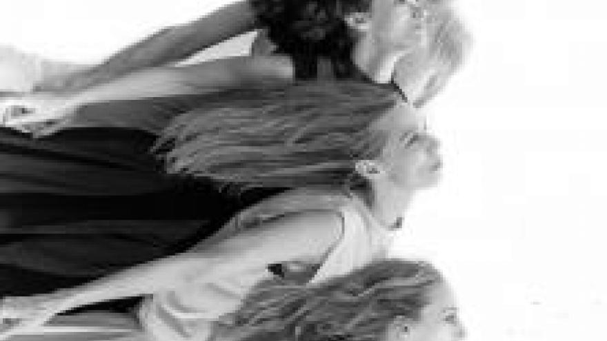 imagen en la que se ve a cuatro bailarinas como si estuvieran volando