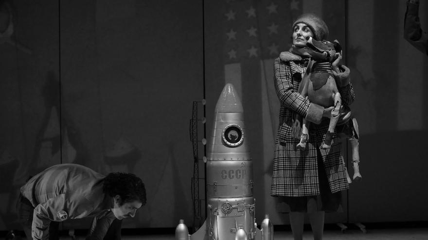 imagen de una nave espacial y dos actores del espectáculo Laika