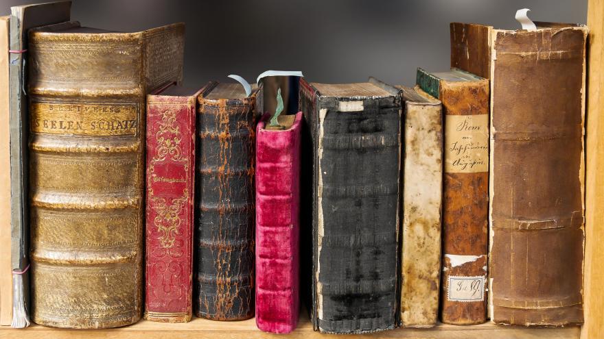 Libros antiguos en estantería