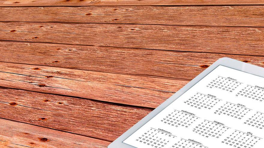 Calendario digital sobre mesa de madera