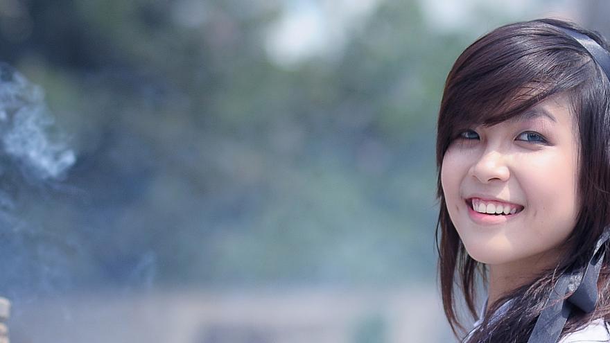 Primer plano de una estudiante con rasgos asiáticos