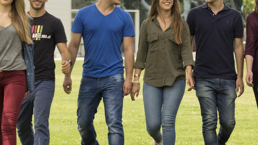 Jóvenes estudiantes caminando