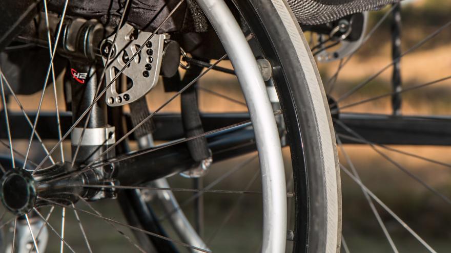 Primer plano de los radios de las ruedas de una silla de ruedas