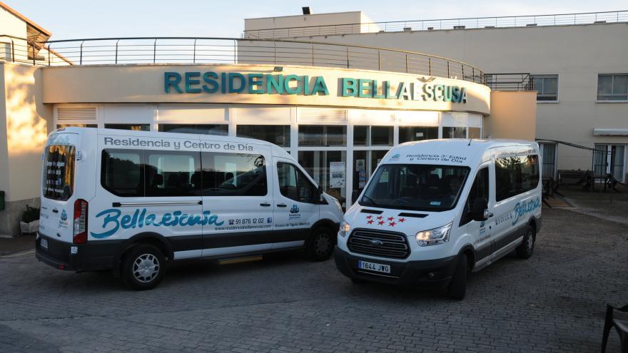 Fachada y vehículos residencia de mayores