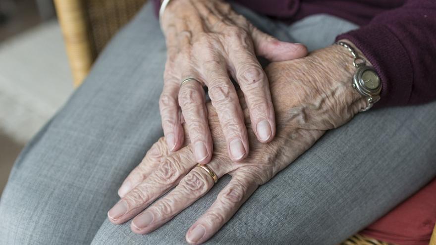 manos de hombre mayor