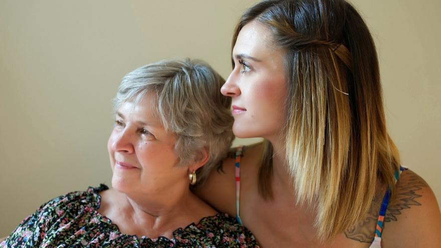 Mujer joven y mayor sonrientes
