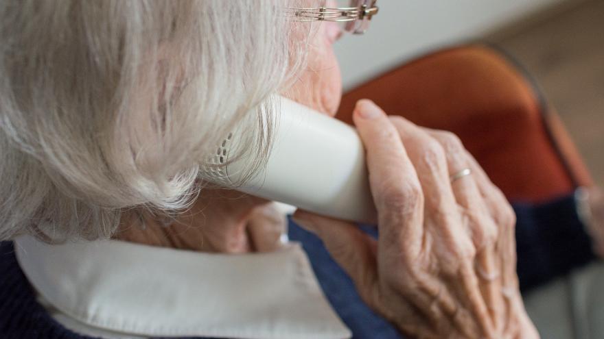 Mujer mayor hablado por teléfono