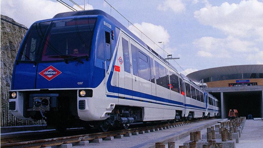 Tren saliendo de la estación Rivas Urbanizaciones
