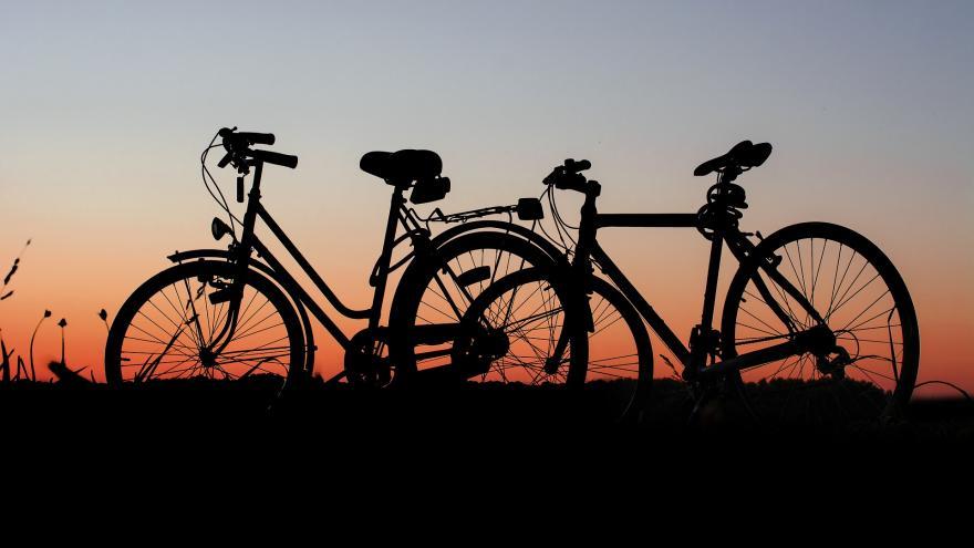 Bicis en la puesta de sol